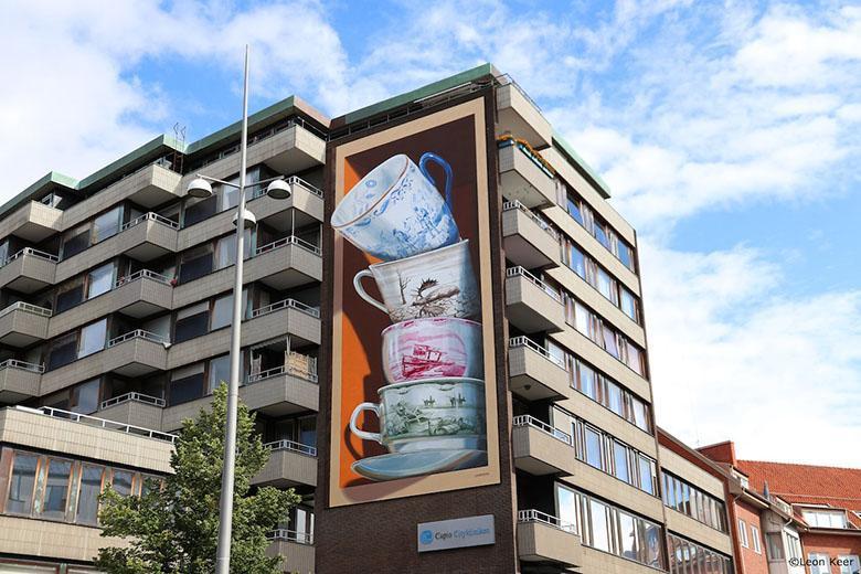 نقاشی دیواری سه بعدی فنجان های نامتعادل؛ نمادی از شکنندگی و در آستانه فروپاشی زندگی